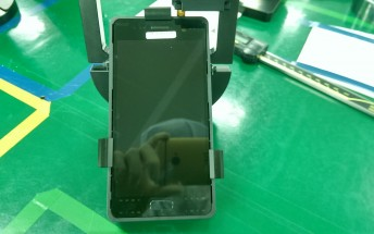 Live images of the Samsung Galaxy S7 front camera and display surface