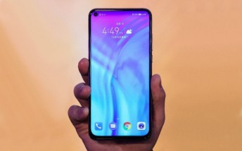 Honor View 20 in a retail box appears in the wild