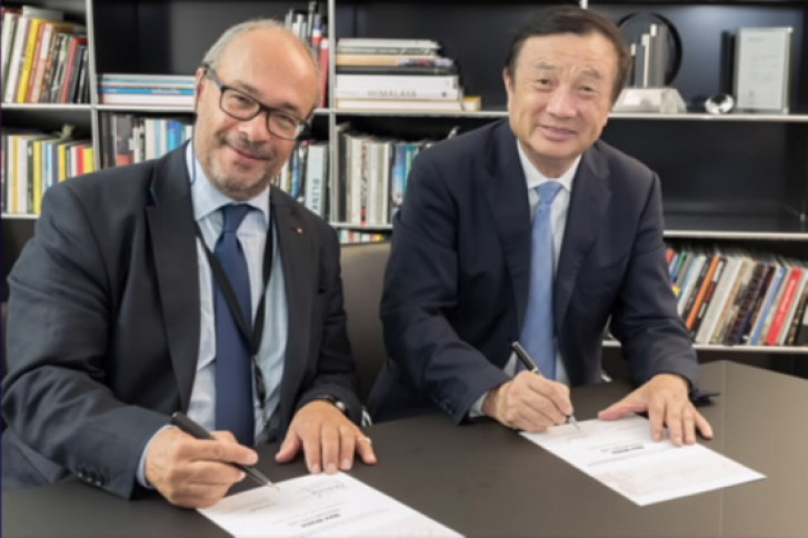 en Zhengfei, CEO of Huawei (right) and Dr. Andreas Kaufmann of Leica Camera AG (left)