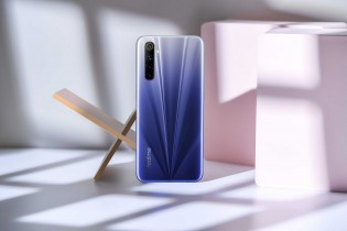 Realme 6 in Comet Blue and Comet White