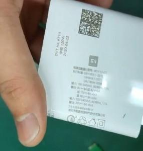 Label dengan detail pengisi daya 120 W