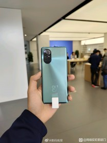 Huawei nova 8 in-hand