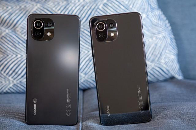 Mi 11 Lite 5G (right) next to Mi 11 Lite 4G (left)
