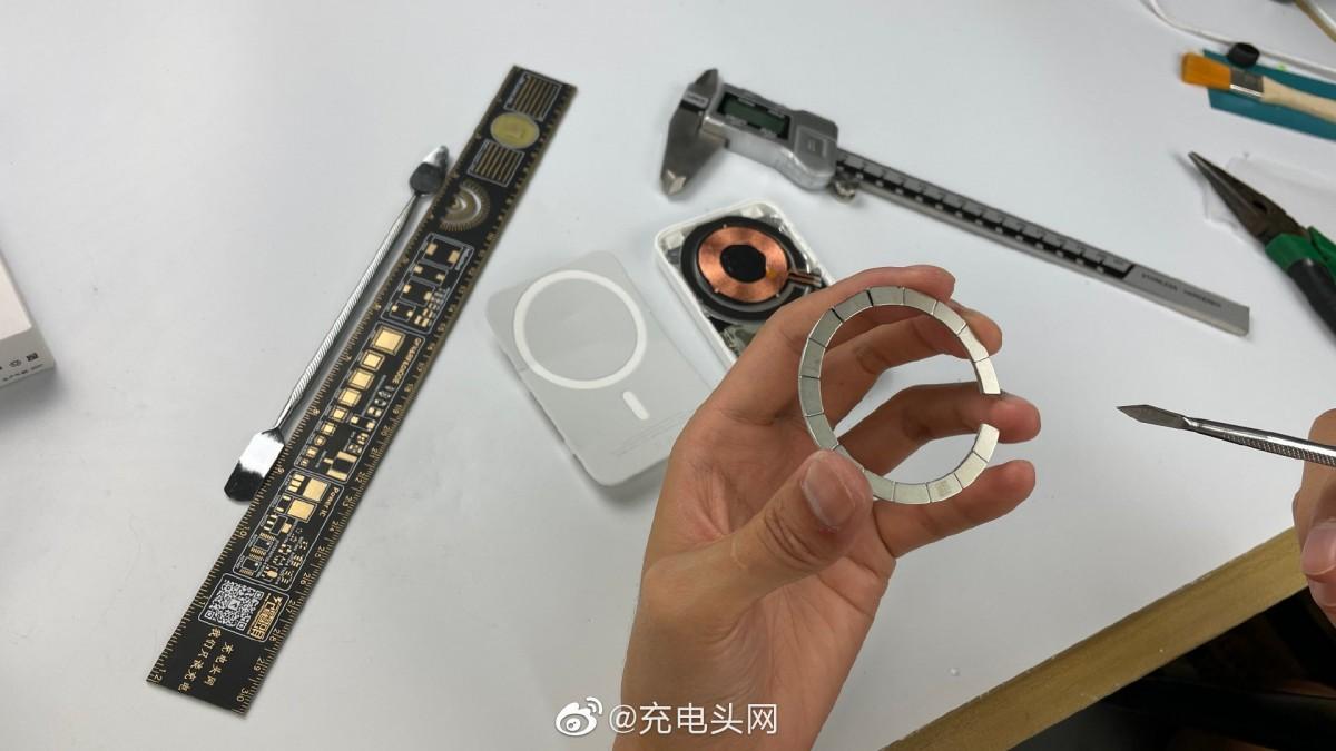 Le bloc d'alimentation MagSafe d'Apple, géré par iPhone ou via USB-C., peut être chargé