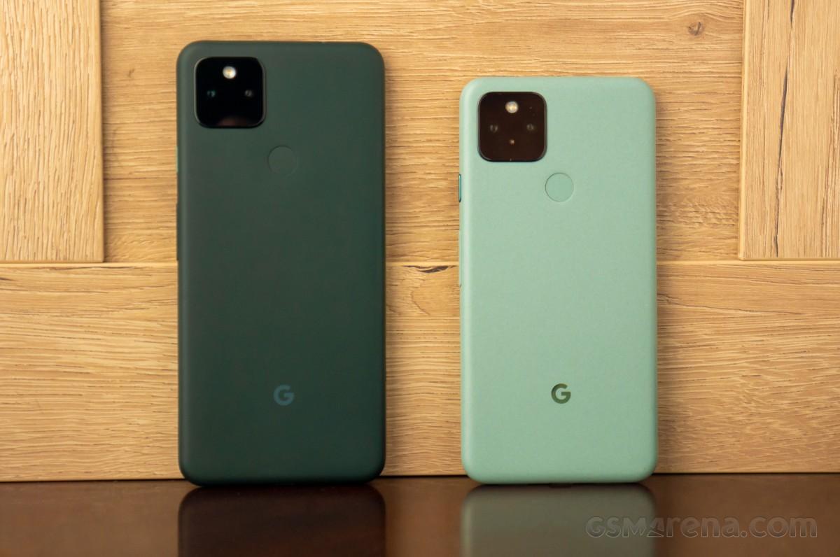Google Pixel 5a (à gauche) et Google Pixel 5 (à droite)