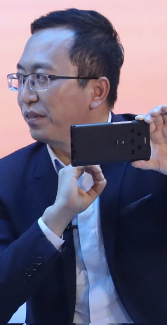 George Zhao, Honor CEO, with the suspected Magic 3 smartphone