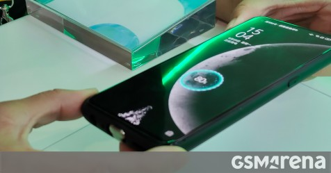 Oppo demonstrates MagVOOC magnetic charging adapters (40W and 20W) and a power bank