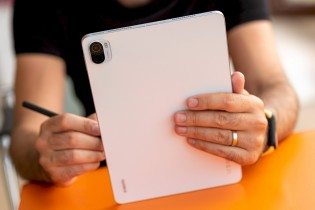 The Xiaomi Smart Stylus attaches magnetically to the tablet