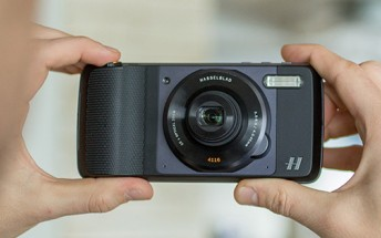 Hasselblad True Zoom Moto Mod hands-on