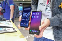 LG G7 One (left) and LG G7 Fit (right) - IFA2018 LG G7 review