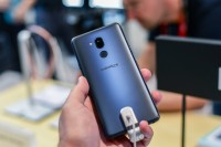 New frosted glass on the back - IFA2018 LG G7 review