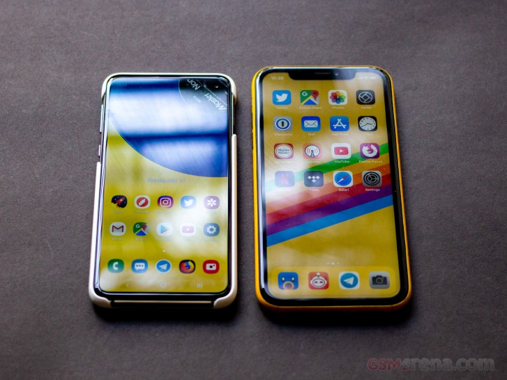 Samsung Galaxy S10e Vs Apple Iphone Xr Gsmarena Com Tests