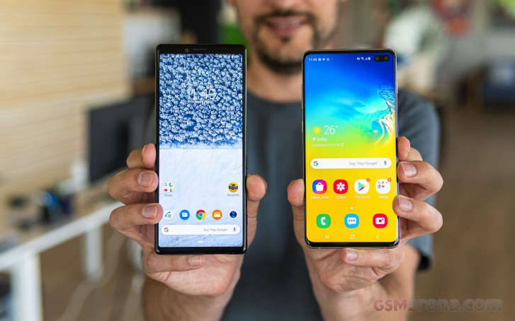 https://fdn.gsmarena.com/imgroot/reviews/19/samsung-galaxy-s10-plus-vs-sony-xperia-1/lifestyle/-727w2/gsmarena_012.jpg