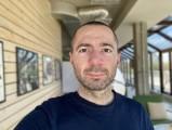 Apple iPhone SE (2020) 7MP selfie portraits - f/2.2, ISO 32, 1/121s - Apple iPhone SE 2020 review